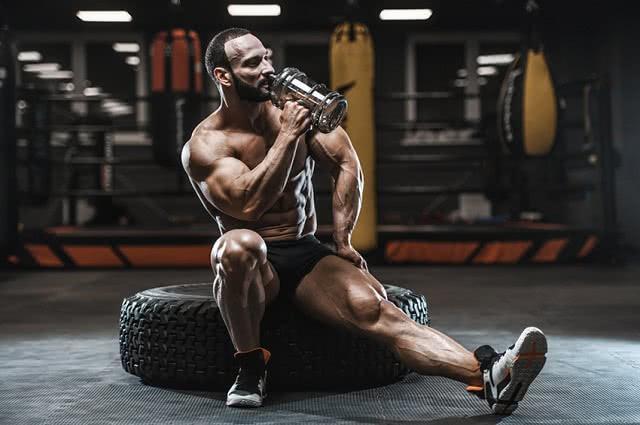 Zaczynam trening na siłowni. Jakie brać odżywki?